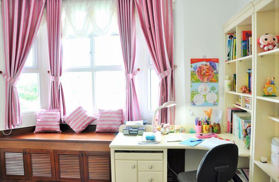 Thiết kế cửa nhựa lõi thép đẹp cho góc học tập con gái nhà gạch mộc