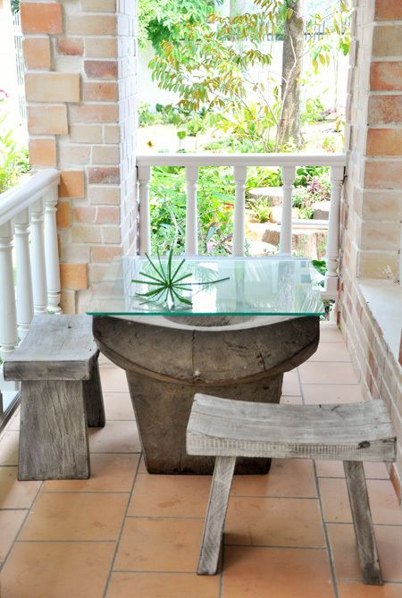 Thiết kế bàn kính cho ban công nhà gạch mộc