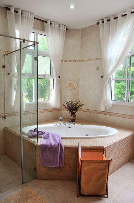 Thiết kế cửa nhựa lõi thép đẹp cho phòng tắm nhà gạch mộc