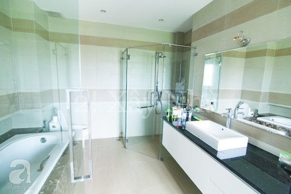 Phòng tắm đẹp lung linh với hệ thống cửa kính