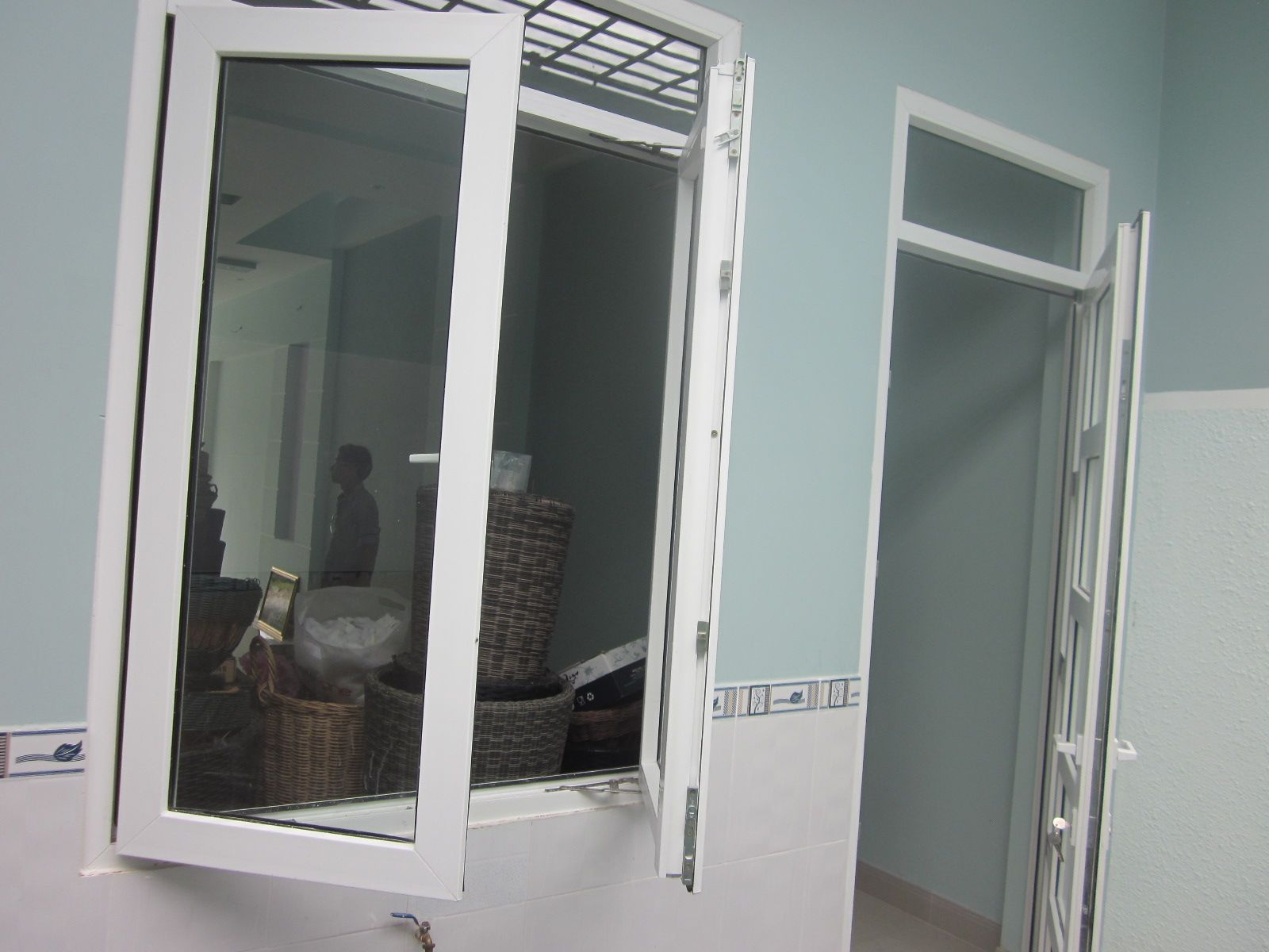 Cửa sổ 3a window 2 cánh giữa mở quay 2 cánh ngoài