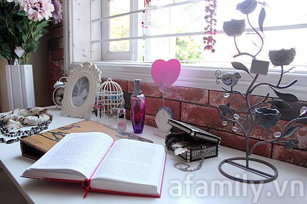 Chiếc bàn bên cửa sổ cho cô nàng vintage mang vẻ đẹp cổ điển và quyến rũ. Chọn tông màu trắng làm chủ đạo kết hợp cùng những món đồ với hoa văn, kiểu dáng cổ điển mà nhẹ nhàng, thanh lịch