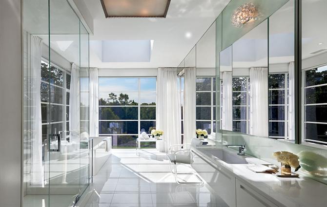 Rèm và sơn tường đều cùng tông màu trắng
