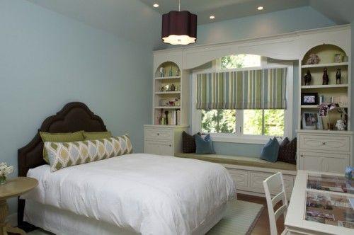 Phòng ngủ lãng mạn hơn với không gian thư giãn bên cửa sổ.