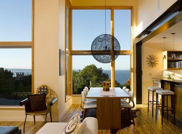 Đèn chùm dài trong trường hợp này đã giúp khắc phục nhược điểm của căn phòng có trần và cửa sổ cao.