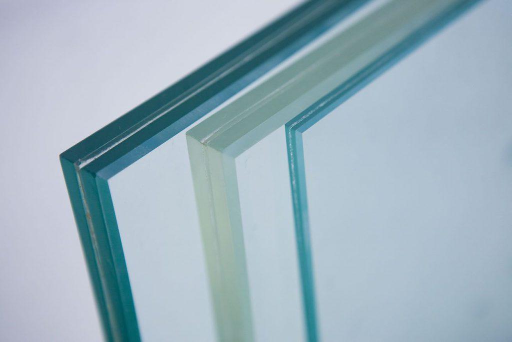 kính dán an toàn đẹp cho cửa nhựa lõi thép.