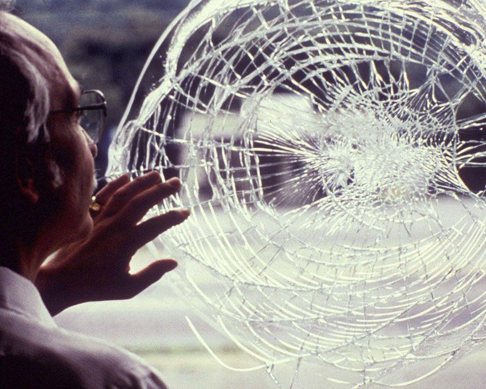 chọn kính dán an toàn cho cửa nhựa lõi thép.