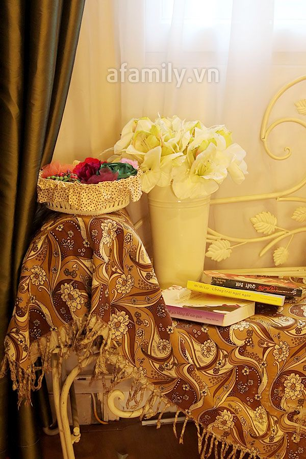 Lọ hoa đơn sắc nổi bật trên nền khăn trải tối màu