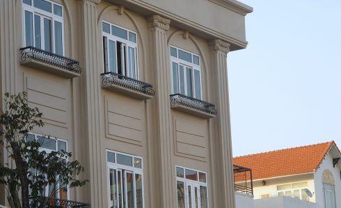 nhà cao tầng không nên sử dụng cửa mở quay