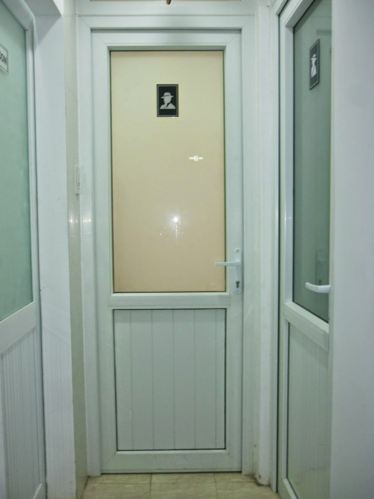 tránh đối diện cửa chính và cửa vệ sinh.